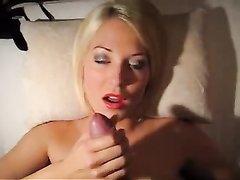 Зрелая блондинка в немецком видео сделав домашний минет просит кончить в рот