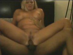 Негры в домашнем видео трахают зрелую блондинку сняв с неё жёлтый купальник
