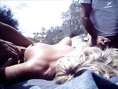 На пляже зрелая блондинка попросила случайного незнакомца дрочить клитор