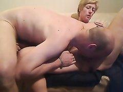 После минета зрелая любительница орального секса напросилась на куни