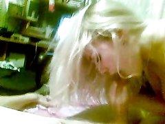 горячая зрелая блондинка в любительском видео попрыгав на члене делает минет