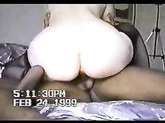 Белая дама в чулках белой киской села на чёрный член в любительском видео
