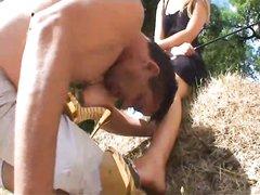 Длинноногая блондинка и её любовник на природе сняли видео с фут фетишем