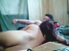 Мускулистый чувак в домашнем видео натягивает в постели фигуристую смуглянку