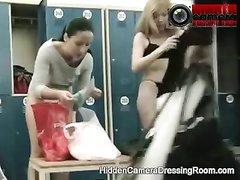 Видео с подглядыванием из женской раздевалки с молодыми и зрелыми дамами