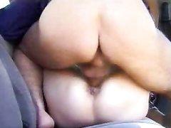 В салоне авто зрелая пассажирка в чулках пожелала любительского секса с таксистом
