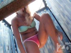 Скрытая камера в пляжной кабинке сняла любительское видео с шикарной блондинкой