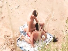 Подглядыванием за любительским сексом зрелой дамы и молодого хахаля на пляже