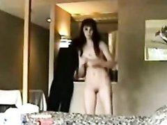Скрытая камера утром записывает на видео темноволосую домохозяйку голой