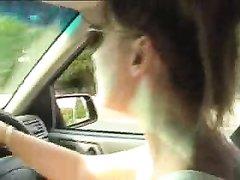 Привлекательная авто леди в любительском видео мастурбирует член пассажира
