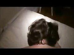 В анальном видео молодой любовник крупным планом вставил в попу зрелой даме