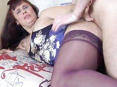Русская зрелая домохозяйка в чулках в анальном видео трахается в широкую попу