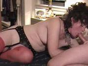 Зрелая шалава в чулках вызвана клиентом для любительского секса с привязыванием