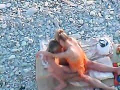 За сексом парочки любовников на пляже подглядывают с близкого расстояния