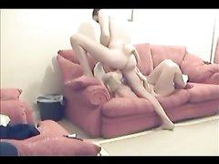 Скрытая камера сняла секс блондинки с похотливым любовником на диване