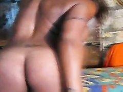 Фигурная негритянка с татуировками в домашнем видео танцует стриптиз