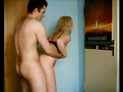 Зрелая блондинка предпочитает домашний секс в положении стоя спиной к партнёру