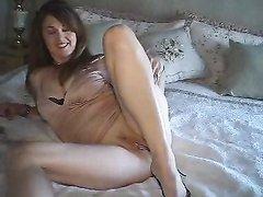Красивая домохозяйка в жарком видео крупным планом дрочит розовую киску