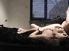 В любительском анальном видео зрелая толстуха страстно трахается в попу