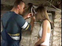 Молодая шлюха в любительском групповом видео в здании трахается с клиентами