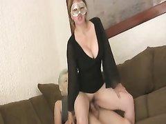 Любовник для необузданного секса пришёл к зрелой и грудастой женщине в маске