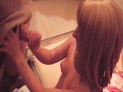 Немецкая блондинка с маленькими сиськами в домашнем видео ублажает партнёра