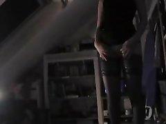 Молодая рыжая шлюха в чулках в домашнем видео дрочит член для окончания на лицо