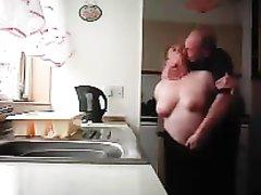 Не красивая зрелая толстуха способна вдохновить гостя на домашний секс