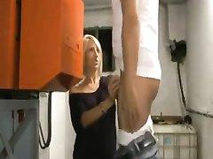 Немецкая блондинка в чулках в любительском видео трахается в бритую киску