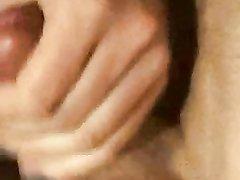 Зрелая блондинка в стрингах в любительском видео дрочит твёрдый член партнёра