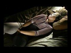 Скрытая камера снимает на видео домашнюю мастурбации возбуждённой дамы