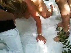 Французская зрелая блондинка в саду балдеет от группового секса с любовниками