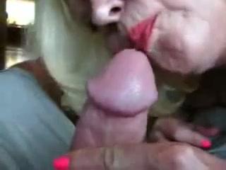 Зрелая блондинка бесплатно делает домашний минет и дегустирует сперму