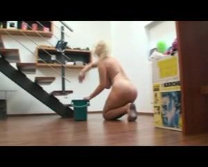 Толстая и зрелая блондинка в домашнем видео делает уборку квартиры голой