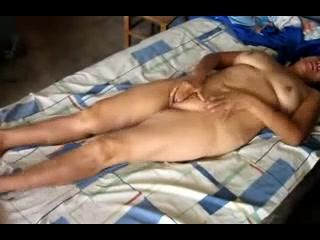 Толстая и зрелая смуглянка в домашнем видео сосёт член до проникновения