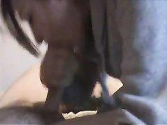 Молодая соседка в видео от первого лица строчит домашний минет и не давится