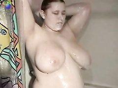 Зрелая пышка перед вебкамерой принимает душ и играет с большими сиськами