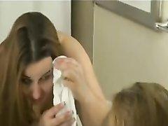 Молодая пышка в любительском видео позволила парню дрочить и кончить на лицо