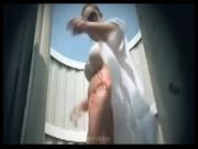 Вебкамера в пляжной кабинке снимает любительское видео с переодевающейся туристкой