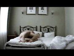 В постели зрелая домохозяйка энергично двигается на члене пылкого любовника