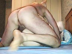 Зрелая женщина в ходе любительского секса задирает ноги на плечи партнёра