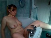 Зрелая русская домохозяйка на вебкамеру в ванной дрочит клитор струёй воды