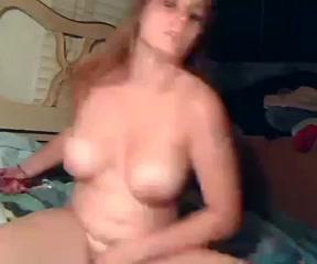 В домашнем видео фигуристая красотка на вебкамеру дрочит мокрую киску