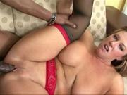 Зрелая итальянка в чулках в межрассовом видео трахается с темнокожим любовником