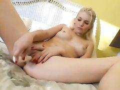 Фигуристая блондинка в домашнем видео крупным планом дрочит киску вибратором