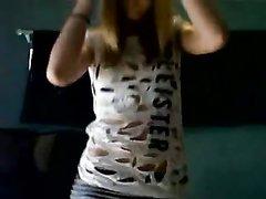 Любительский стриптиз блондинки перед вебкамерой снят на видео зрителем