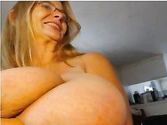 Толстая и зрелая красотка с огромными сиськами в любительском видео шалит с вибратором