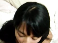 Латинская брюнетка в любительском видео умело делает минет с окончанием в рот