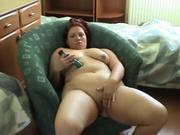 Молодая толстуха с большой попой в домашнем видео дрочит клитор вибратором