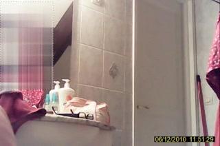 Зрелая домохозяйка онлайн примеряет чёрное нижнее бельё перед вебкамерой